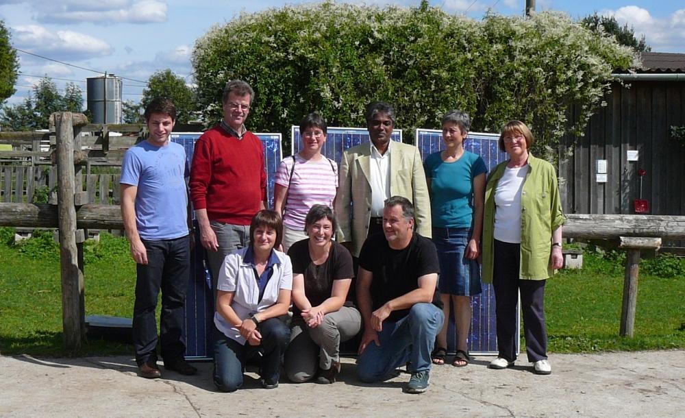 """Dr. Vincent Peter aus Neyyattinkara, Indien mit Vereinsmitgliedern von """"Neyyattinkara - Energie vom Himmel"""""""
