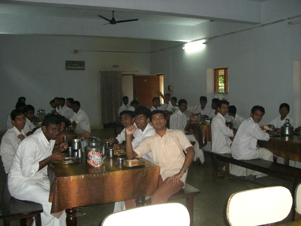 Studenten des Bildungszentrums im Speisesaal